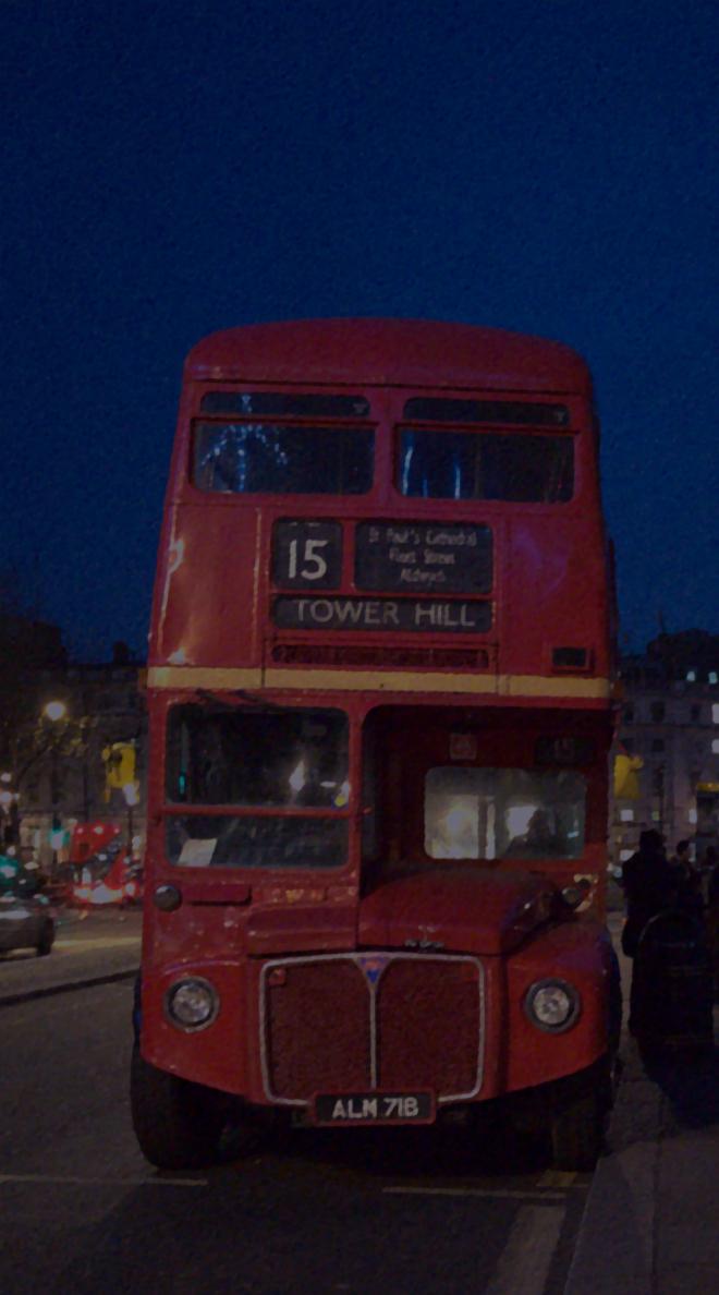 画像素材:縦長バナー:660✕1188(5:9) ロンドン|62|トラファルガー広場近くに停留する旧式2階建てバス