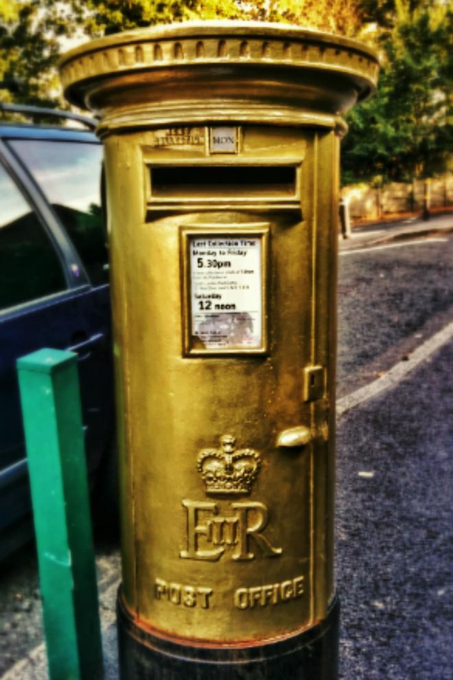 画像素材:縦長バナー:660✕990(2:3) ロンドン|50|ウィンブルドン・テニス会場近くにある金色塗装の郵便ポスト