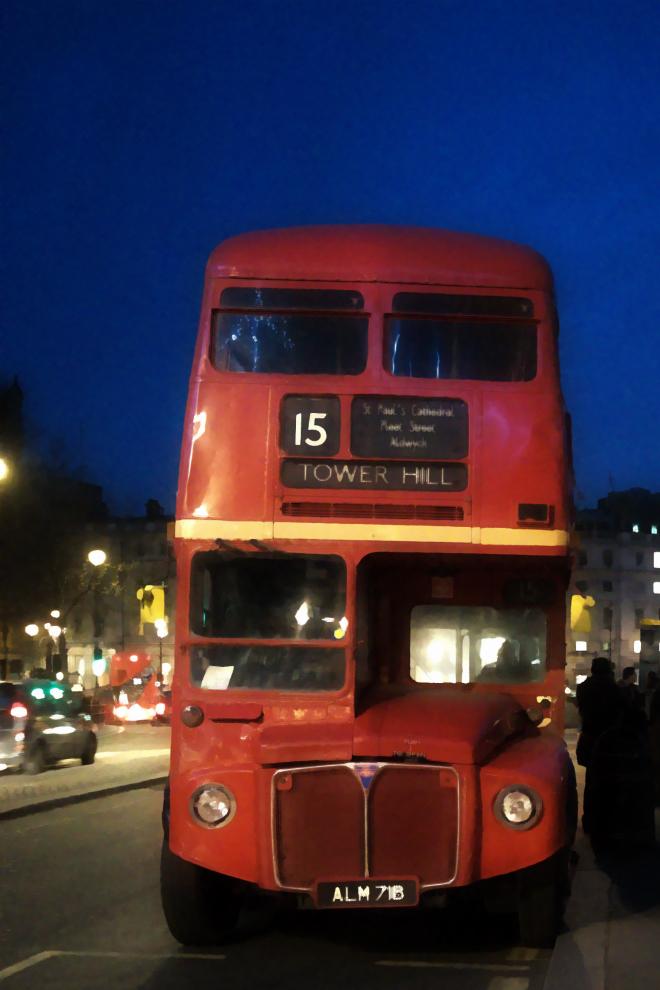 画像素材:縦長バナー:660✕990(2:3) ロンドン|61|トラファルガー広場近くに停留する旧式2階建てバス