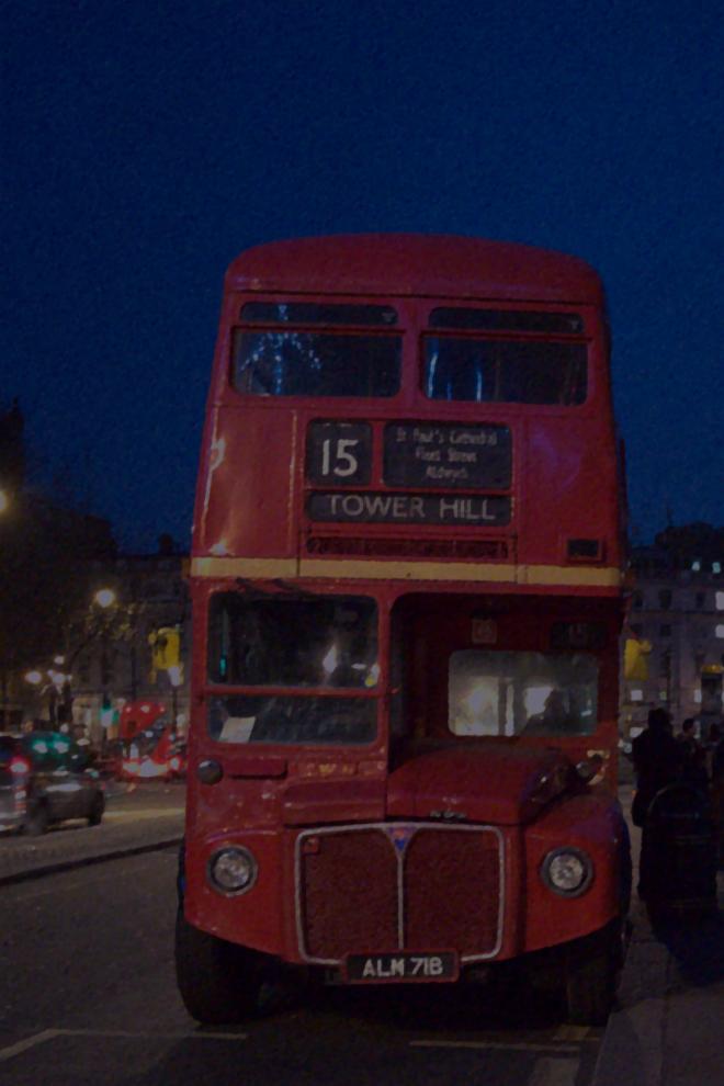 画像素材:縦長バナー:660✕990(2:3) ロンドン|62|トラファルガー広場近くに停留する旧式2階建てバス