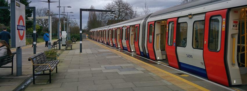 画像素材:851✕315(Facebookカバー写真):鉄道写真(63):ロンドン地下鉄サウスフィールズ駅