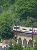 ルクセンブルクの鉄道橋を走る電車の写真